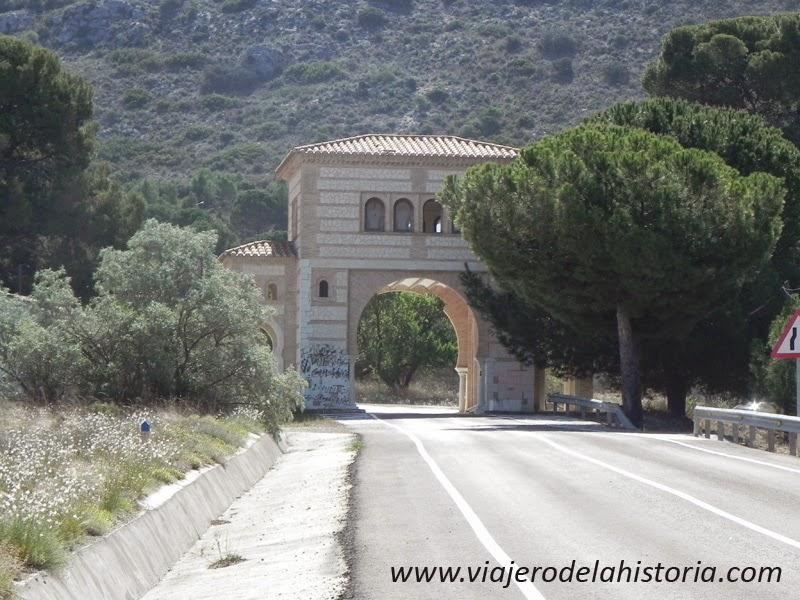 Fotografía de edificio de acceso a la urbanización de Peña Rubia, Villena, Alicante
