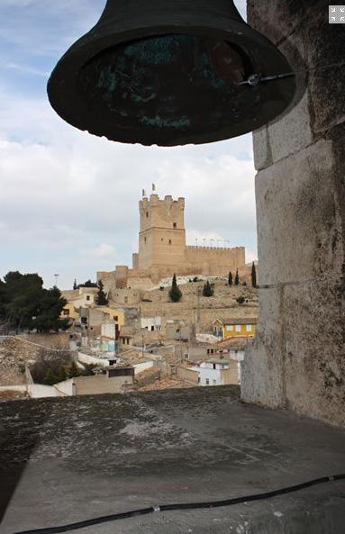 imagen del castillo de la atalaya visto desde el campanario de la iglesia de Santa María, Villena Alicante